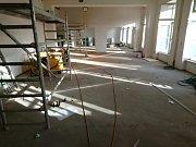 Od června probíhá přestavba varny, šaten a učeben v ZŠ Dobříš Komenského.