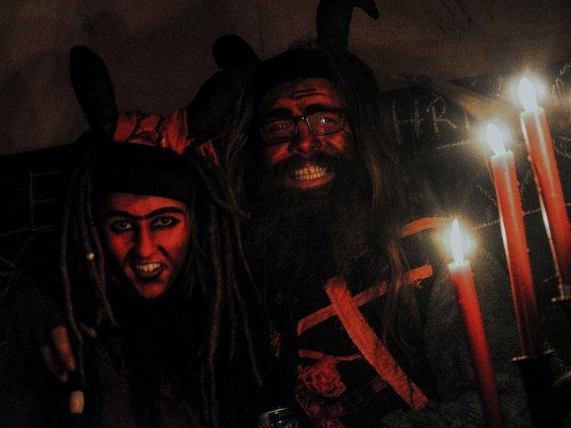 Březnické podzemí navštívili vsobotu čerti, andělé a Mikuláš. Trestali, lákali ke karbanu iobdarovávali.