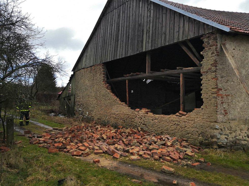 Vichřice ve Vacíkově narušila statiku jedné ze stodol.