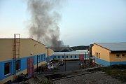 V pátek odpoledne hasiči vyhlásili třetí stupeň požárního poplachu. Důvodem byl požár ve výrobní hale koupelen Ravak, ve které se zpracovávají plasty.