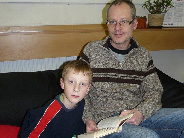 Čtenář roku Josef Hrdlička má rád knihy a předčítá z nich i oběma synům.