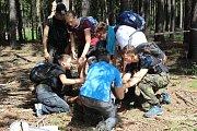 Finalisté EuropaSecura v rolích diplomatů v cizí zemi plnili ve středu 12. června náročné úkoly na cca třicetikilometrovém pochodu v úmorném horku přes CHKO Brdy. Jedním z úkolů bylo i překonání aktivního minového pole.