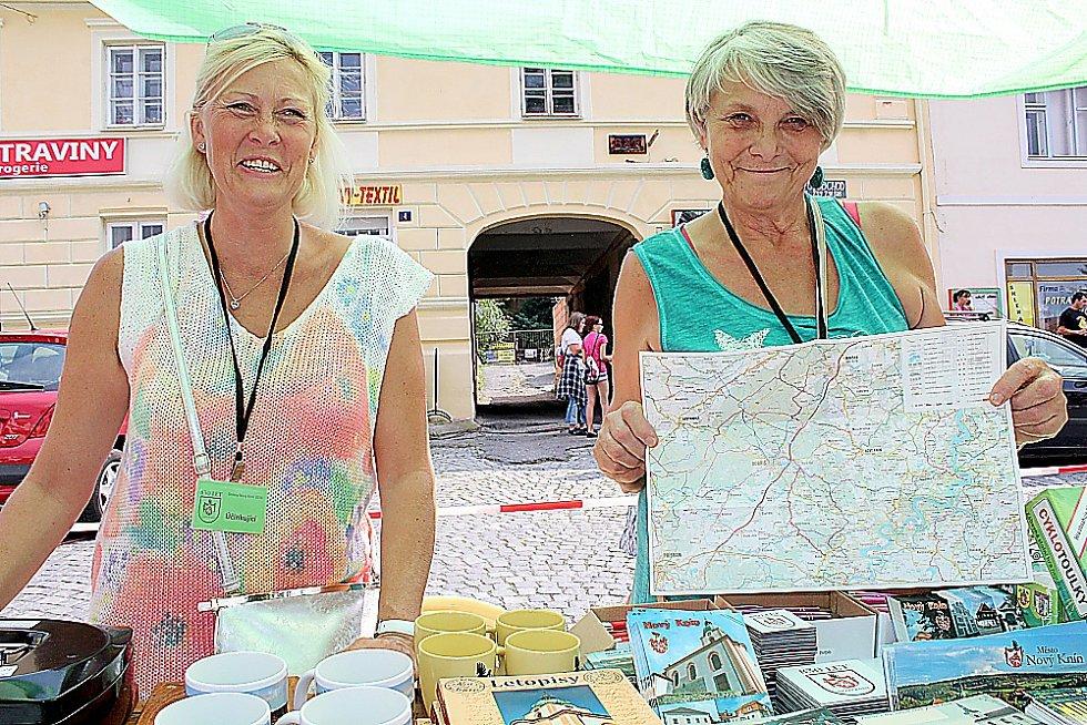 Nový Knín oslavil 830 let od založení města. U jednoho ze stánků propagujících město a turistiku rodačka Jana Kozová a její maminka Alena Čadková.