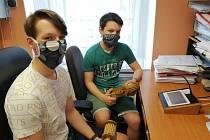 Sourozenci Ondra a Martin se letos zhostili ve Hvožďanech důležitého úkolu, a to nahrání zvuku řehtaček do obecního rozhlasu.