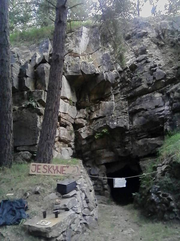 Divišova jeskyně, nachází se v malém vápencovém lomu u obce Týnčany, byla objevena roku 1973.