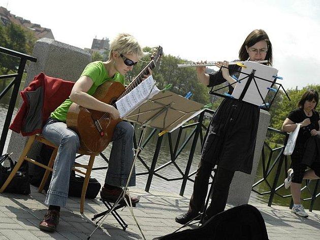 Pěší zóna u Hořejší Obory je pravidelně místem pořádání různých kulturních a hudebních akcí.