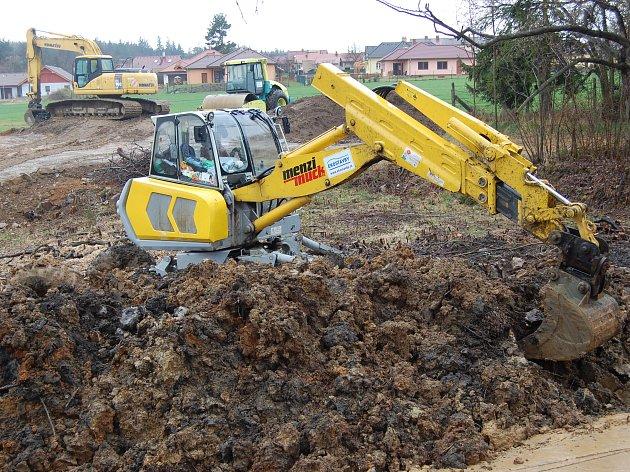 Těžké stroje ovládly Vokačovský rybník u Bohutína.