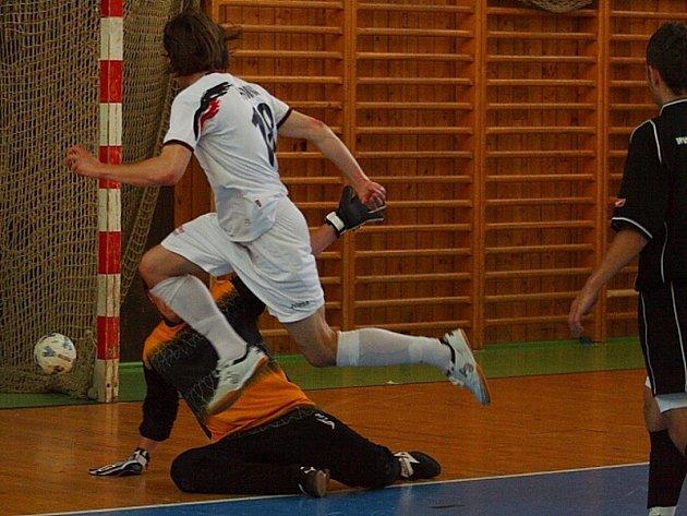 Semifinále krajské části Poháru ČMFS: OTH (černí) - Mladá Boleslav (5:9). Martin Hrdina (v bílém), člen širšího kádru české reprezentace, střílí jeden ze svých čtyř gólů do sítě Hořovic.