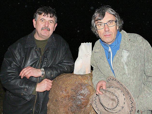 DVA Z NADŠENCŮ z Lazska zleva Miroslav Formánek a Václav Kopička u menhiru, který v sobotu našel na Stříbrném vrchu nové místo, kde je symbolem keltského naleziště.