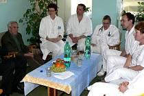 Profesor Pavel Pafko při návštěvě v příbramské nemocnici.