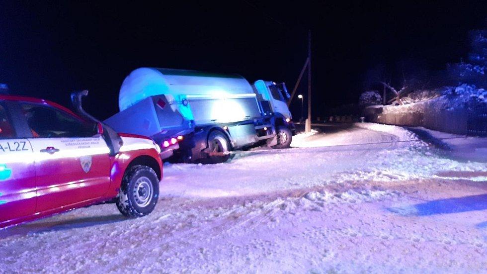 Nehoda nákladního vozidla v Nepomuku na Příbramsku.