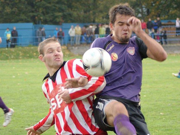 Fotbalisté Vrchoviny (vpravo Michal Buchta) i Bystřice (vlevo Luboš Zbytovský) brali po bodu.