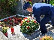 Plukovník Mark A. Wootan pokládá věnec na hrob rodiny Pařízkových.