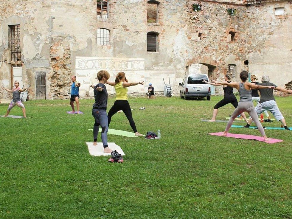 Na nádvoří zámku v Rožmitále pod Třemšínem se cvičí také jóga.