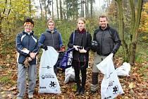 Během hodiny naplnili dobrovolníci deset pytlů odpadky.