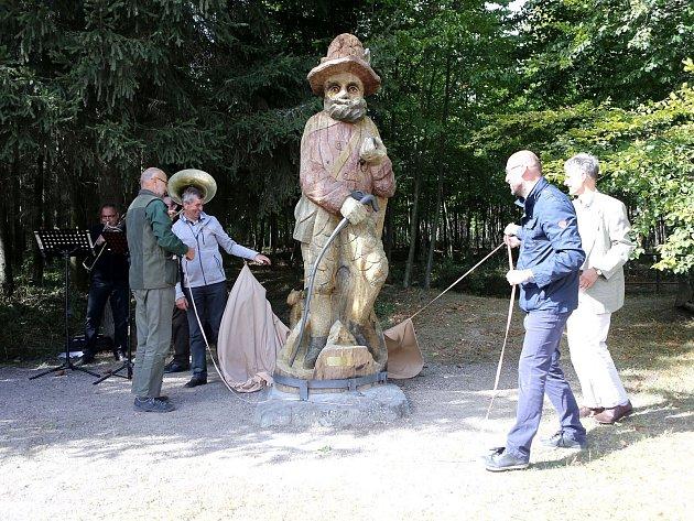 Socha vládce Brd, střeží oblast v osadě Orlov.