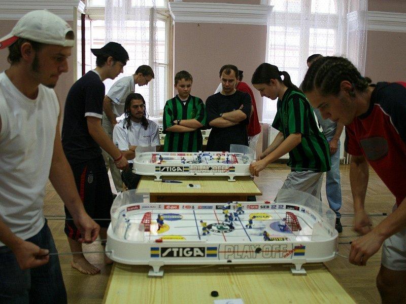 Do čtvrtfinále postoupila trojice Příbramáků (u bližšího stolu vlevo Jakub Sládek a Leoš Hvižď, u vzdálenějšího stolu vlevo Michal Hvižď).