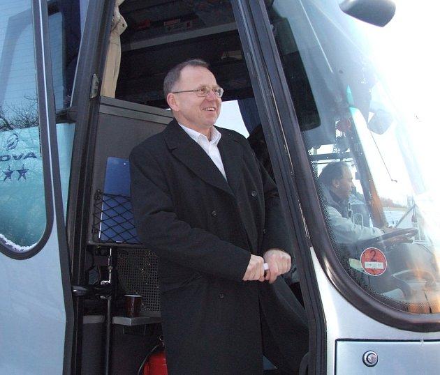 V úterý vyrazily dva ze tří autobusů z Příbrami na cestu do Bruselu. Mezi dalšími starosty a odpůrci radaru se mezi europoslance vydal i starosta Jinců Josef Hála (na snímku).