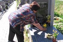 Obyvatelé Kosovy Hory jsou zděšeni. Zloděj tam v noci na dnešek kradl urny, z nichž vysypával popel nebožtíků. Obyvatelé se s hrůzou a se slzami v očích přišli podívat na spoušť, kterou napáchal