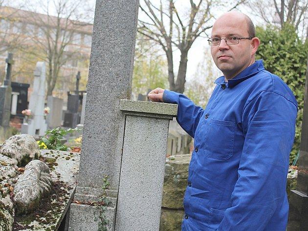 Hrobník Jiří Pokorný.