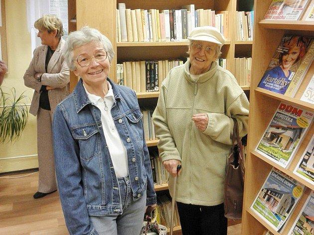 Jedny z prvních návštěvnic zrekonstruované knihovny obecní knihovny ve Hvožďanech