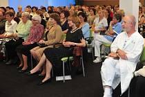 KADEŘÁBKŮV DEN v roce 2014. Mezi hosty můžeme na snímku v první řadě v brýlích doktorku Růženu Holečkovou, která kdysi vedla koronární jednotku v příbramské nemocnici.