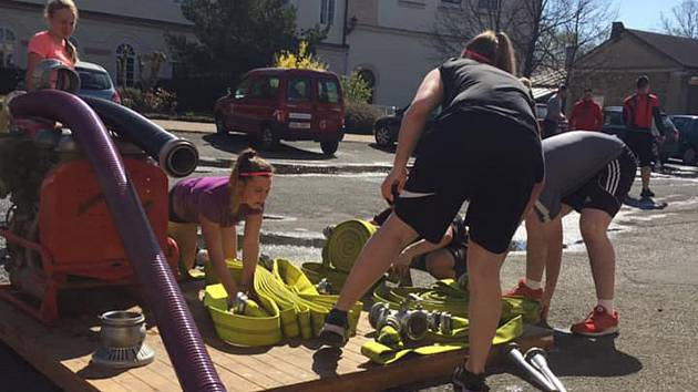 Trénink požárního útoku v podání mladých hasičů z Březových Hor.