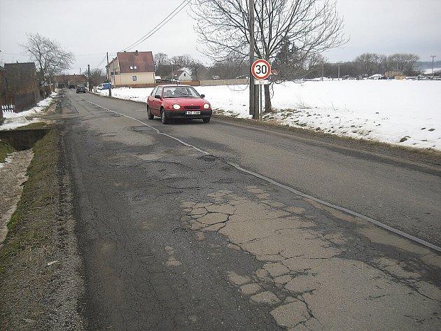 Zničená silnice mezi Pičínem a Hluboší.