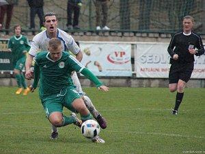 SOUBOJ. Sedlčanský Michal Kdolský ( v zeleném) se svými spoluhráči body v posledním podzimním souboji nevybojoval.