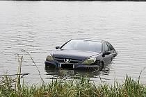 Peugeot v rybníku.
