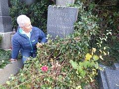 Překvapením pro Alenu Kymlovou, která před dušičkami upravovala v těsném sousedství hrob svých příbuzných, byla informace, že tu jsou pohřbeni prarodiče tak známého spisovatele. Se zájmem si jména a data na pomníčku hned přečetla.
