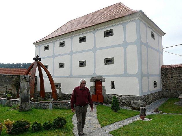 Váchův špejchar v Drážkově. Špejchar v Drážkově je historicky cenný objekt, který mohou návštěvníci obdivovat v sezóně při běžných prohlídkách, ale také při výstavách, besedách, kulturních a společenských akcích.