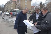 Zdenek Škaloud ještě s bývalým starostou Příbrami Josefem Řihákem a místostarostou Ivanem Šedivým.