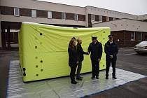 15. 12. 2016 proběhlo na stanici HZS Příbram slavnostní předání nové seskokové podušky