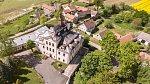 Dominantou Nalžovic je zámek.