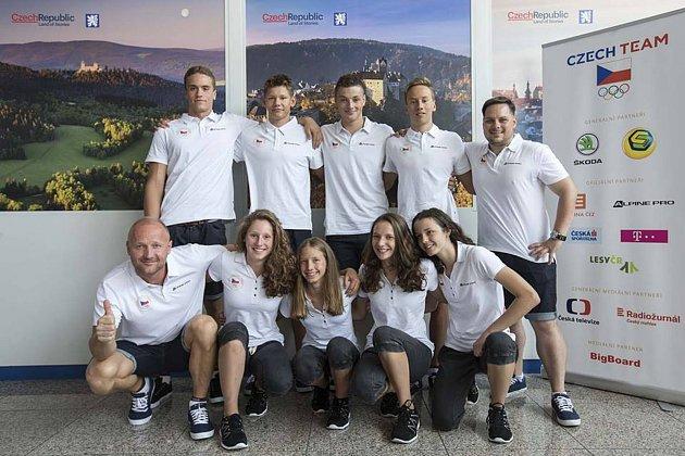 Plavecká výprava České republiky na Evropském olympijském festivalu mládeže v Györu. Kateřina Laňková je dole uprostřed.