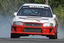 Závody do vrchu: Hlavní pořadatel závodu Edda Patera na Subaru Impreza WRX ostře brzdí před poslední zatáčkou před cílem.