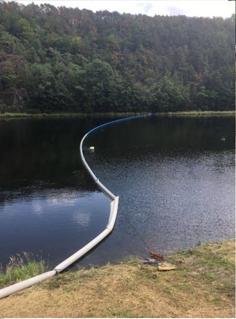 Nové norné stěny umožňující záchyt ropných látek uniklých na vodní hladinu mají k dispozici příbramští profesionální hasiči.