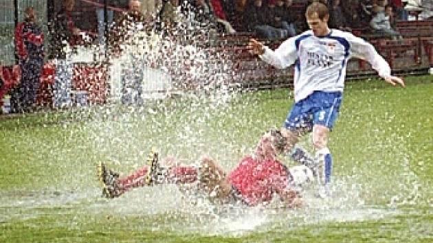 Fotbalistům Spartaku a Vraného ztěžoval sobotní duel nepříznivý terén. Hloubku jedné z louží otestoval i příbramský obránce Daniel Petráň.
