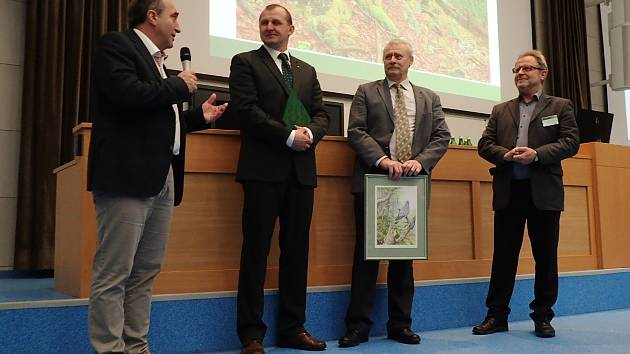 Lesníci z Arcibiskupství pražského převzali cenu za péči o les.