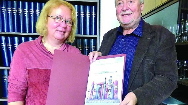 Poprvé od vyhlášení soutěže Knihovna roku putovalo nejvyšší ocenění do menšího města. Doklad o hlavní ceně nám ukázala Blanka Tauberová a Miroslav Hölzel.