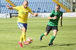 Fotbalisté Fastavu Zlín (ve žlutém) v důležitém zápase bojů o záchranu ve 28. kole v sobotu hostili poslední Příbram. Na snímku Hlinka.