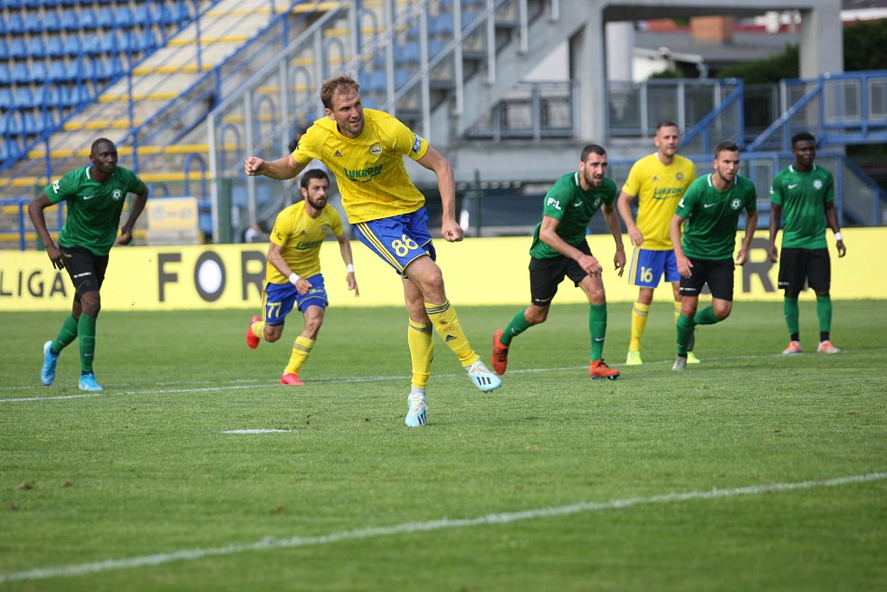 Fotbalisté Fastavu Zlín (ve žlutém) v důležitém zápase bojů o záchranu ve 28. kole v sobotu hostili poslední Příbram. Na snímku penalta Poznara.