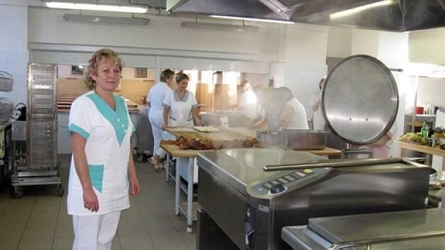 Vedoucí kuchyně Alena Knesplová představuje novou pánev, ve které se maso může připravovat v noci.