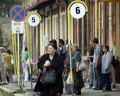 Cestující využívající meziměstské linky musejí svůj spoj hledat u improvizovaných zastávek na parkovišti před vlakovým nádražím