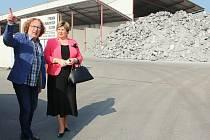 Starosta Rybníků Miroslav Mokoš ukazuje poslankyni Věře Kovářové z obecní cesty podniky, které dělají obyvatelů starosti.