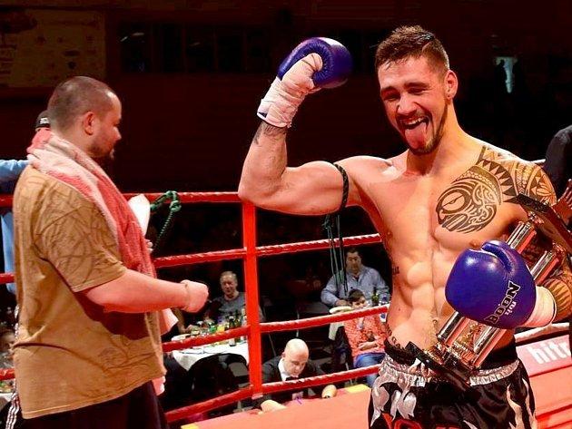 RADOST.  Šťastný Bernard Plavec poté co zvítězil v Souboji Titánů na bojovém galavečeru v Plzni.