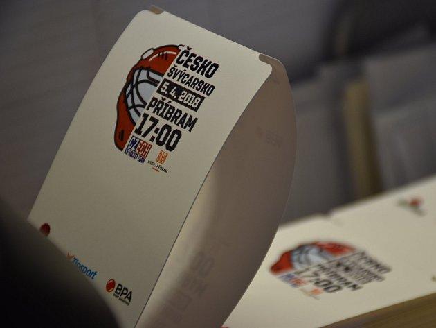 První nápor prodeje vstupenek na hokej v Infocentru na Zámečku v Tyršově ulici. Lístky na dvojutkání Euro Hockey Challenge CZE:SUI, která se odehrají 4. a 5. dubna 2018 na zimním stadionu v Příbrami. Akci organizuje Český svaz ledního hokeje ve spolupráci