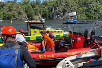 Zásah záchranářů po nárazu plavidla do skály na Slapské přehradě u Hřiměždic.