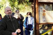 Na Jedové hoře u Komárova se konalo setkání u příležitosti dokončení prací spojených se zabezpečením tamních starých důlních děl. Václav Pernegr z Vojenských lesů a statků s.p. divize Hořovice.